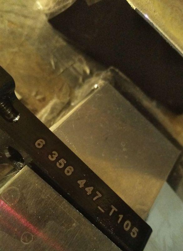 Grabación de pieza de metal para la industria del metal con sistema de numeración consecutivo y códigos de barras grabado con máquina láser de metal co2