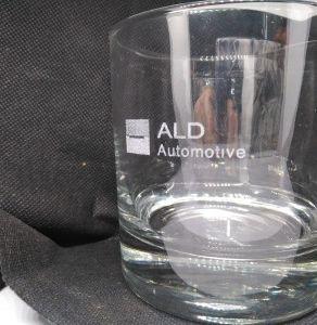 Grabación de vaso de agua con personalización sobre cristal con una máquina láser de co2