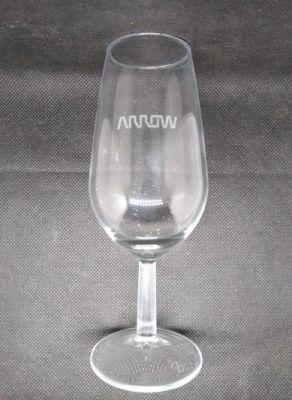 Personalización de copa de vino de cristal con el logo del cliente Arrow, grabado con máquina láser de co2