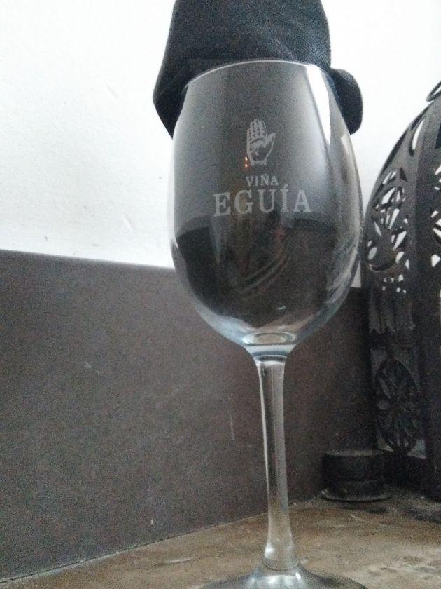 Grabación copa de cristal para vino de Viña Aguia, grabado con máquina de co2