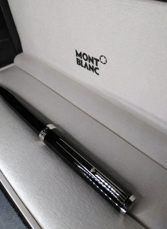 Pluma y Bolígrafo Mont Blanc con grabado a láser personalizado con el nombre, realizado con máquina láser de metal