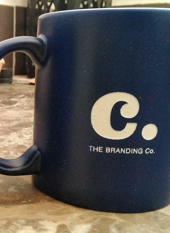 Taza de café de porcelana con logo personalizado grabado con máquina láser de CO2 y metal