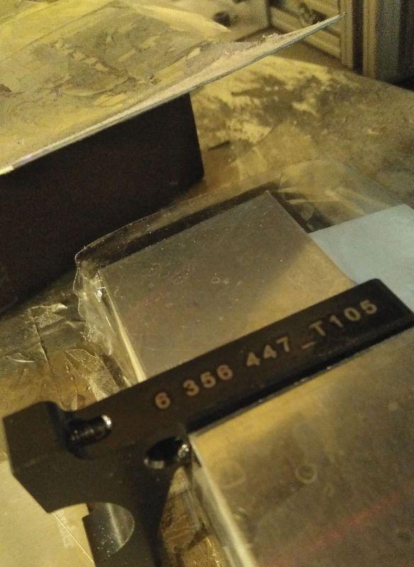 Grabación de pieza de metal para la industria del metal con sistema de numeración consecutivo y códigos de barras grabado con máquina láser de metal co2 3