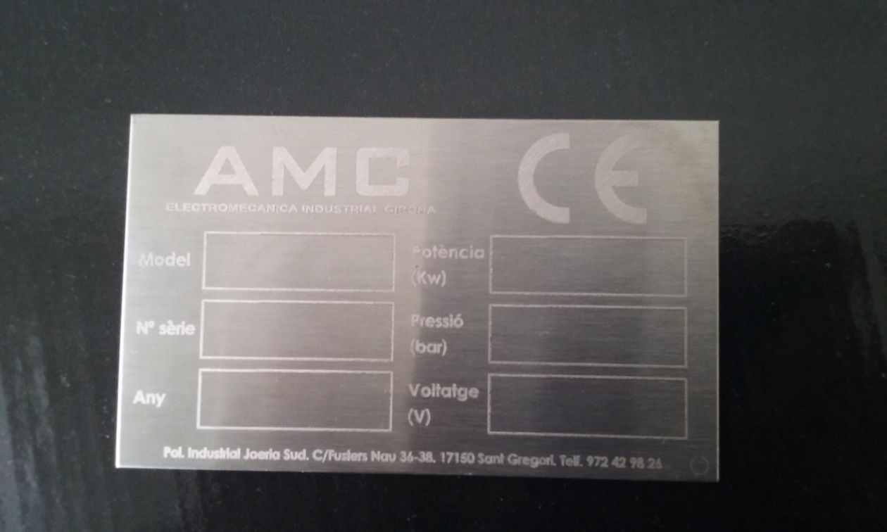 Grabación de chapa de metal para integrar datos del fabricante. grabación de código de barras para procesos de fabricación