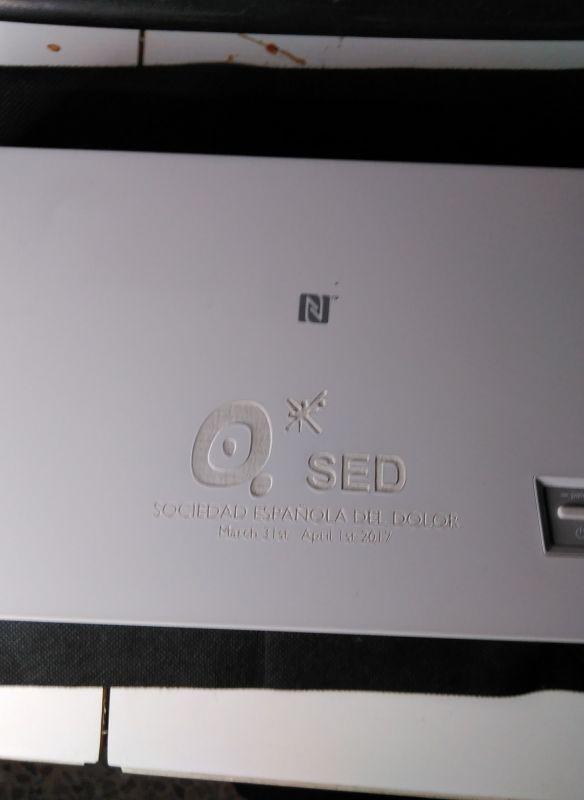 Grabación con máquina láser de un proyector de la empresa Pioneer.