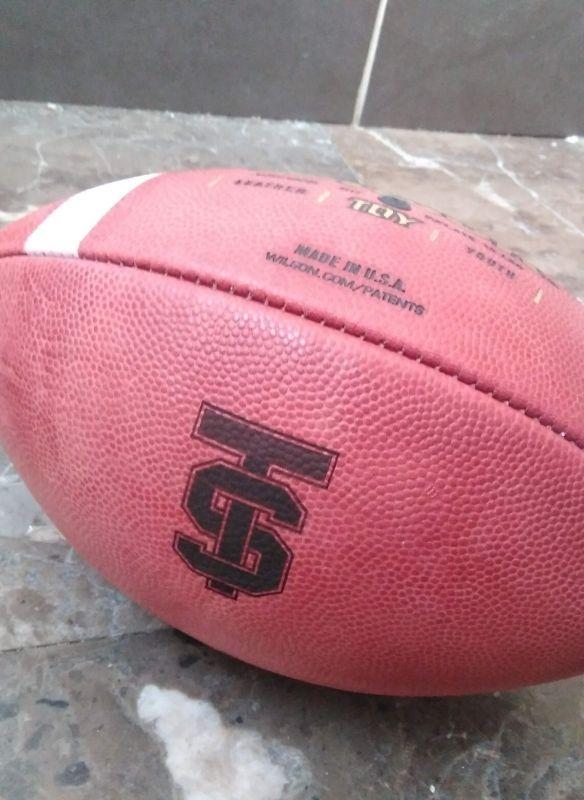 Grabación y personalización de pelota de futbol americano y rugby con maquina laser piel y cuero