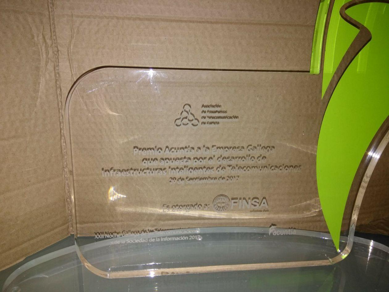 Grabación de trofeo de cristal personalizado con maquina laser