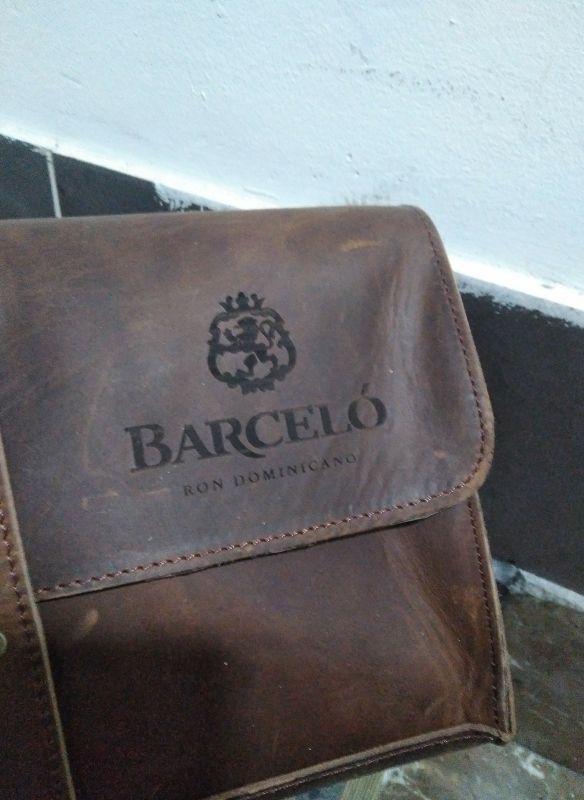 Grabación de maleta de piel personalizada para Barceló