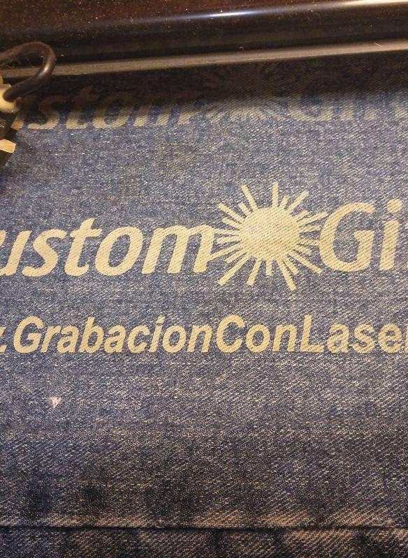 Grabado marcaje láser en pantalón vaquero personalizado